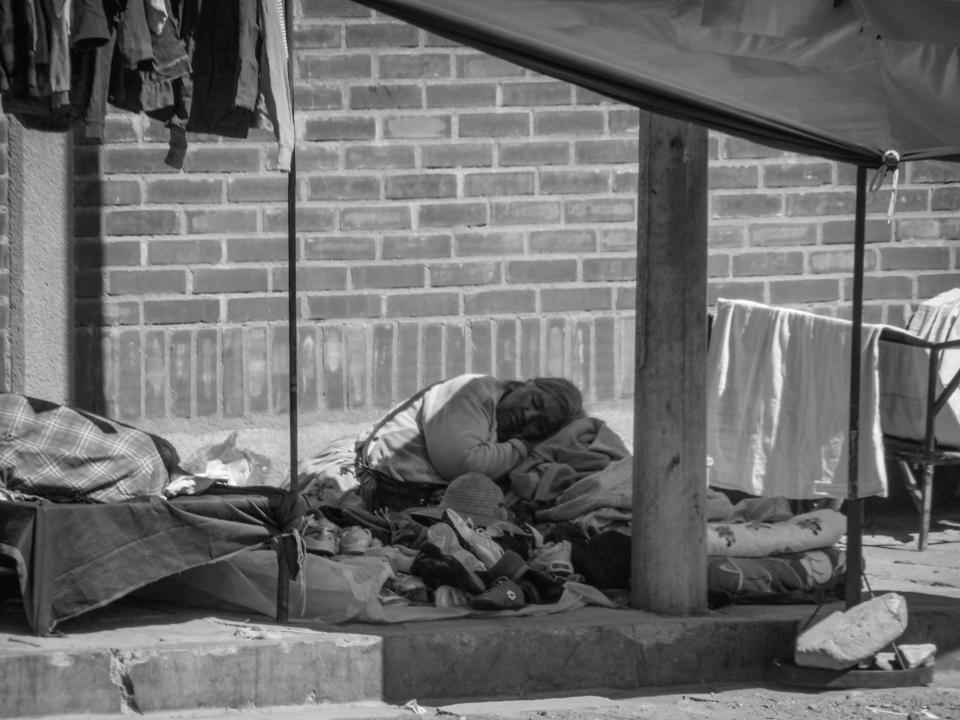 Frau schläft auf der Straße